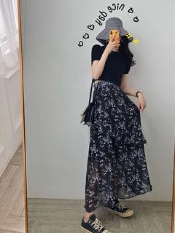Short-Sleeve Cropped T-Shirt / Floral Print Midi Tiered Skirt